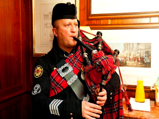 dudelsackspieler mac gregory traditionelle schottische dudelsackmusik. Black Bedroom Furniture Sets. Home Design Ideas